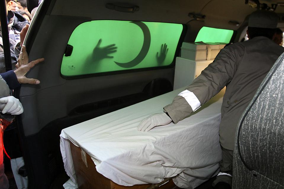 3. Рабочие перевозят тело жертвы крушения самолета «Ethiopian Airlines» в больницу в Бейруте. Спасатели прочесывают Средиземное море в поисках черных ящиков и жертв катастрофы. (Mohamed Azakir/Reuters)
