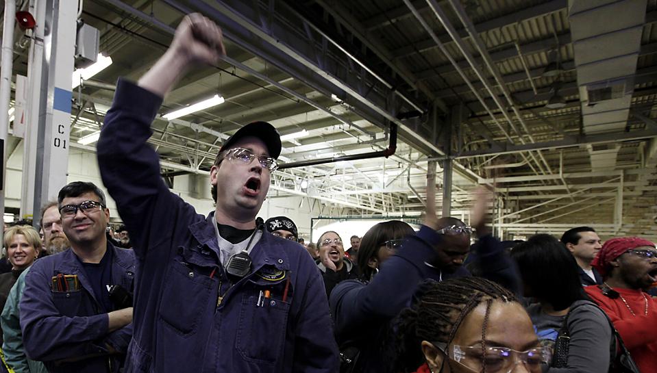 4. Электрик Брайан Стампер радуется после объявления представителей компании «Ford» о том, что их новый автомобиль «Explorer» будет производиться на его заводе в Чикаго. Это обеспечит 1200 новых рабочих мест. (M. Spencer Green/Associated Press)