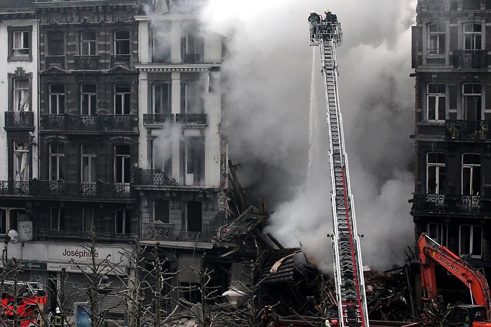 5. Пожарные тушат пожар в пятиэтажном здании, где предположительно произошла утечка газа в среду в Льеже, Бельгия. Пострадали, по меньшей мере, 21 человек, включая подростка, которого вытащили из-под обломков. (Geert Vanden Wijngaert/Associated Press)