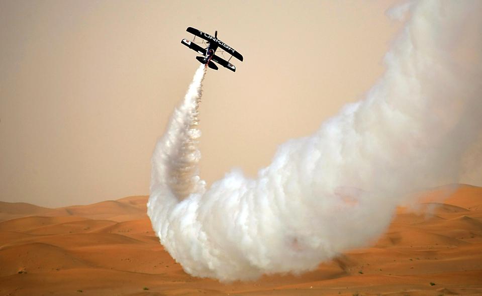 6. Пилот Золтан Верес выполняет трюк на авиашоу «Аль Аин» у аэропорта Абу-Даби. (Karim Sahib/Agence France-Presse/Getty Images)