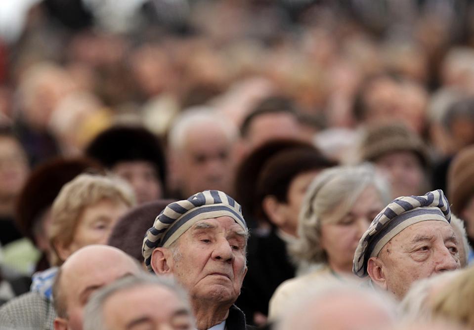 8. Люди пережившие заключение в концлагере Аушвиц-Бжезовица собрались в Освенциме, Польша, чтобы отметить 65-летие с момента их освобождения советскими войсками. (Peter Andrews/Reuters)