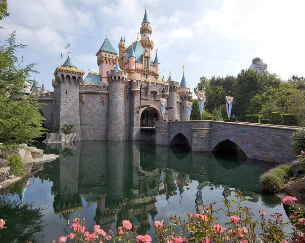 1) В Диснейленде можно  прогуляться по замку Спящей Красавицы и любоваться 3-D изображениями героев классического мультфильма 1959 года. (Paul Hiffmeyer / Disneyland