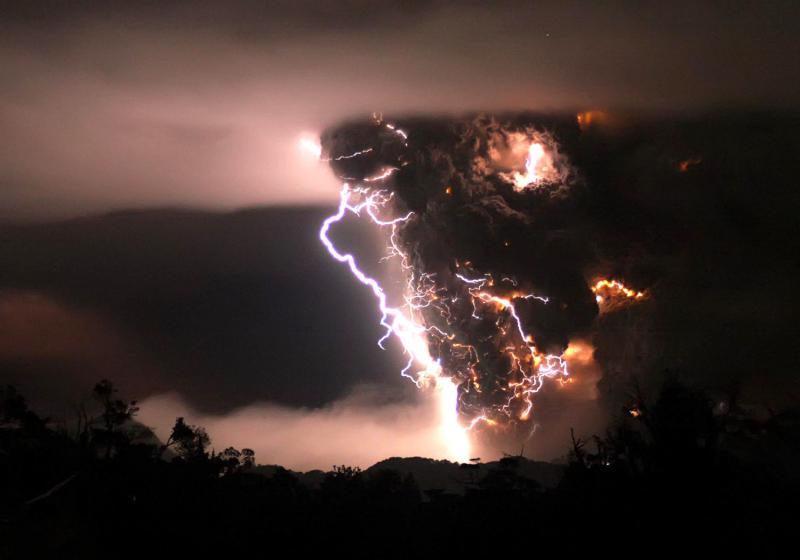 1) Вулкан Чаитен извергается во время бури в середине ночи 3 мая 2008 года в Чаитене, Чили. Вулкан Чаитен, располагающийся примерно в 1287 км к югу от столицы Чили Сантьяго, считался потухшим, так как не проявлял активности несколько сотен лет. (UPI Photo/Carlos Gutierrez)