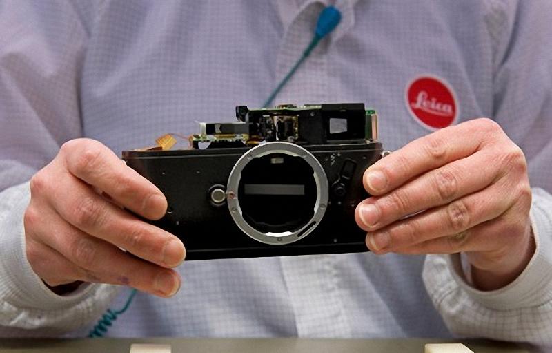 1) Leica M8 на раннем этапе сборки. Много механических частей на месте, но видоискатель, объектив и электронные компоненты отсутствуют.