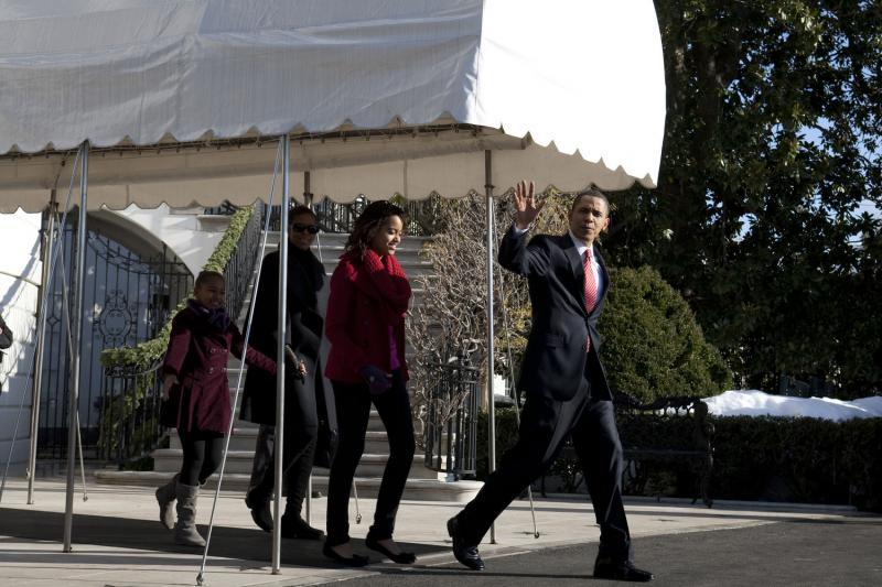 1. Президент США Барак Обама, его дочь Малия, первая леди Мишель Обама и их вторая дочь Саша идут от Белого дома к вертолету на южной лужайке 24 декабря 2009 года. Президентская семья направляется на Гавайи, чтобы отпраздновать там Рождество и Новый год. (UPI/Brendan Hoffman/POOL)
