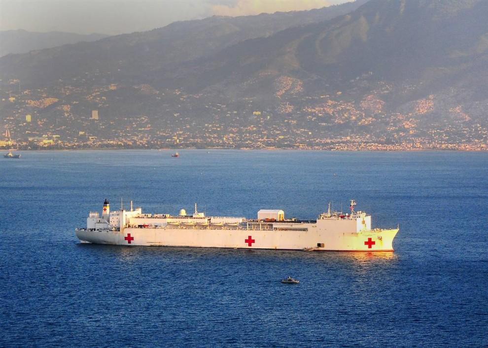1. Плавучий военный госпиталь «USNS Comfort» у берегов Гаити 20 января 2010 года. На борту все готово к приему пострадавших от землетрясения. (Erin Olberholtzen / U.S. Navy via AP)