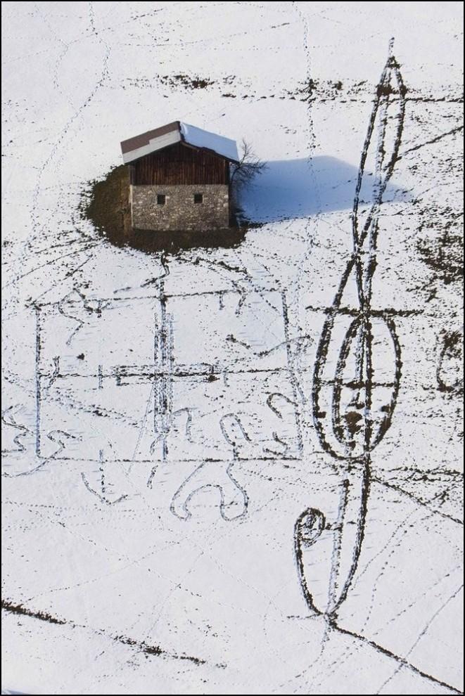 1) Рисунки на снегу, вид из корзины воздушного шара. (Reuters/Valentin Flauraud)