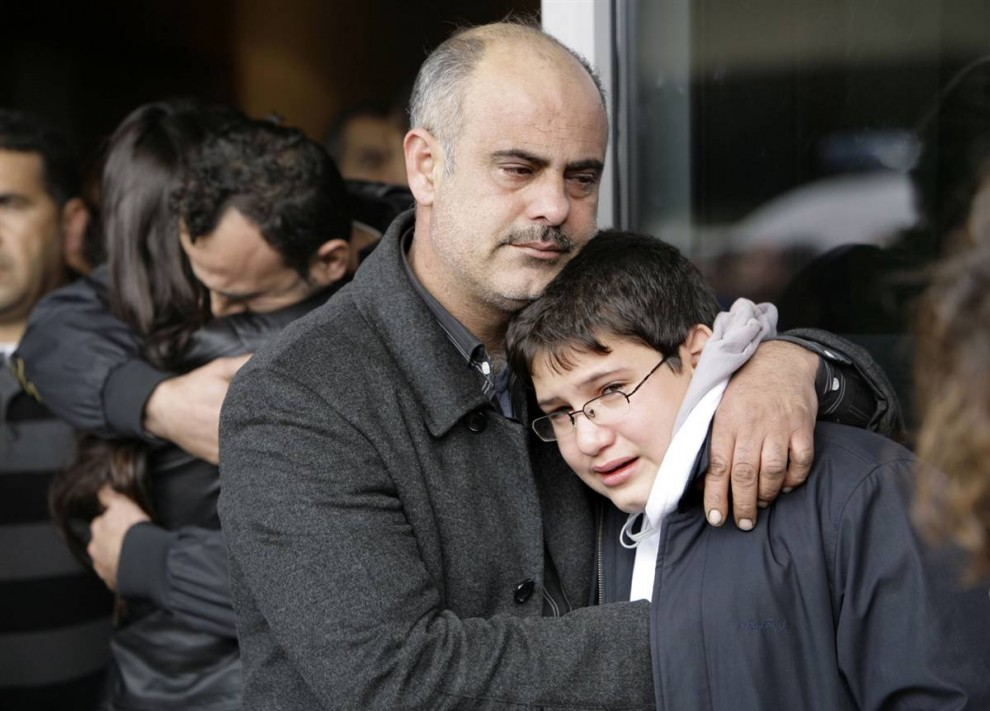 1) На снимке - родственники погибших собрались у здания аэропорта в Бейруте. Аэропорт Бейрута находится в черте города прямо на берегу моря. (Grace Kassab / AP)