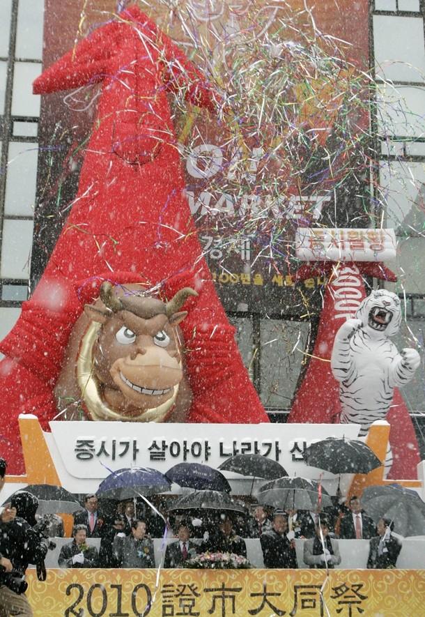 2) REUTERS/Choi Bu-Seok