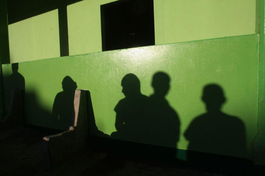 1. Тени пациентов на стене в мужском отделении психиатрической клиники в Манагуа 31 января 2009 года. (AP Photo/Esteban Felix)