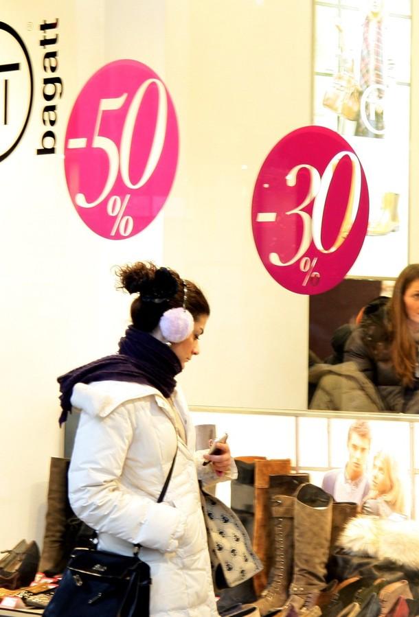 3) Девушка изучает витрину миланского магазина. (Vittorio Zunino Celotto/Getty Images)