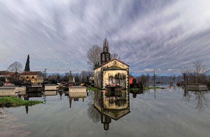 2. Вид на затопленную церковь и кладбище в деревне Курило в 15 км к югу от столицы Черногория Подгорика. (AP Photo/Risto Bozovic)