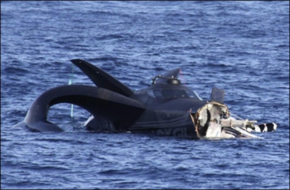 2) © REUTERS/Institute of Cetacean Research // Ady Gil после удара японского китобойного судна Шонан Мару 2.