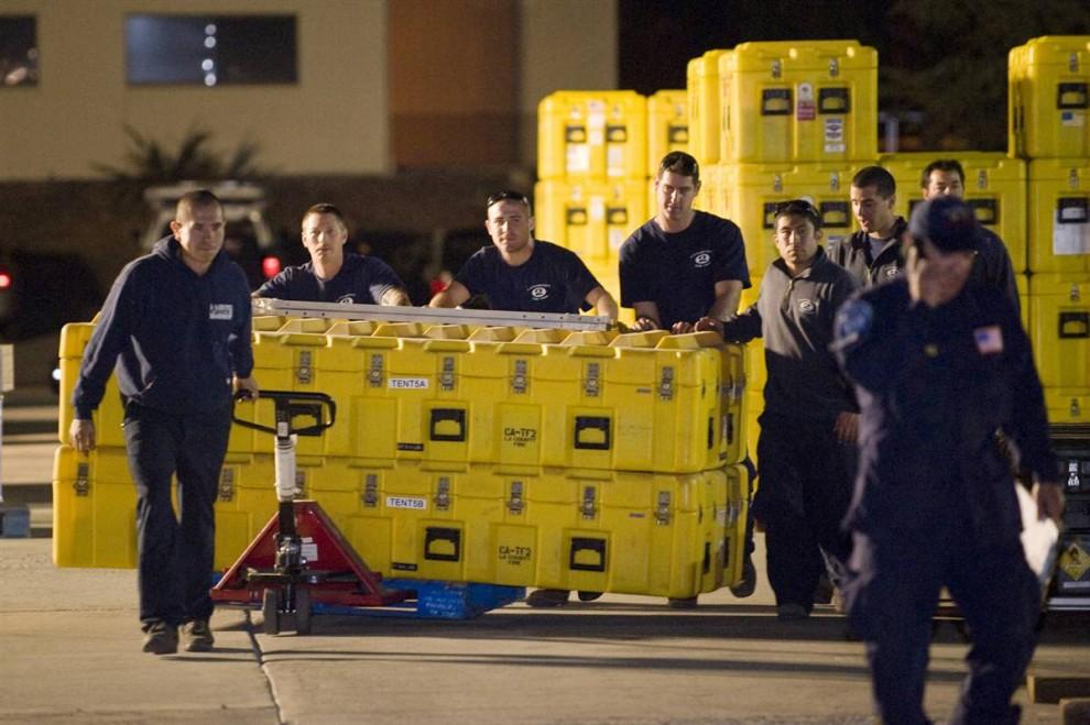 2. Члены спасательной команды пожарного департамента округа Лос-Анджелес грузят оборудование в районе Лос-Анджелеса Пакоима 12 января. Команда отправится на Гаити, чтобы помочь пережить последствия землетрясения. (Gus Ruelas / Reuters)
