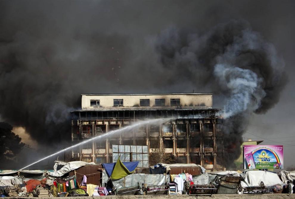 2. Дым поднимается от торгового центра после атаки боевиков «Талибана» в Кабуле в понедельник. В результате теракта погибло, по меньшей мере, пять человек, включая ребенка, и ранено около 40. (Ahmad Masood / Reuters)