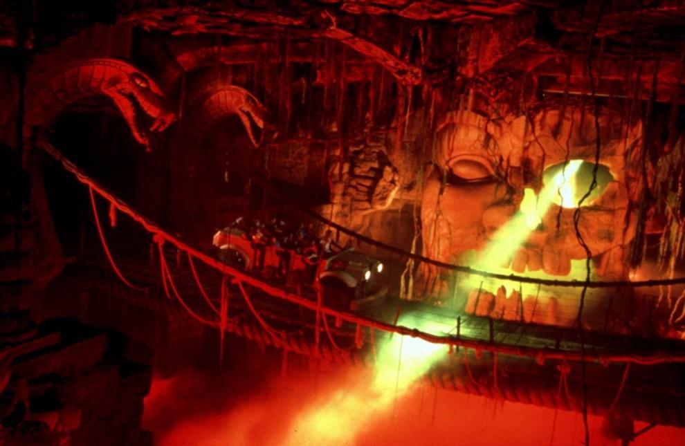 2) Поклонники «Индианы Джонса» могут отправиться в далекий 1935 год и осмотреть таинственный Храм Запретного Ока. (Disneyland)