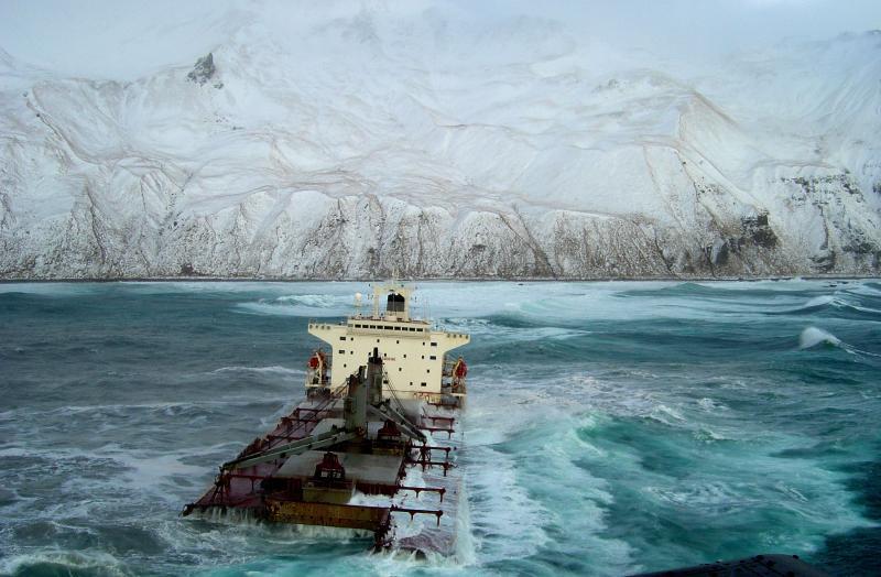 2) Половина 224-метрового малазийского грузового судна «Selendang Ayu» пытается доплыть до Уналяски, Аляска, после того как его сильно потрепали 4-6-метровые волны и сильные ветры 11 декабря 2004 года. (UPI Photo/U.S. Coast Guard).