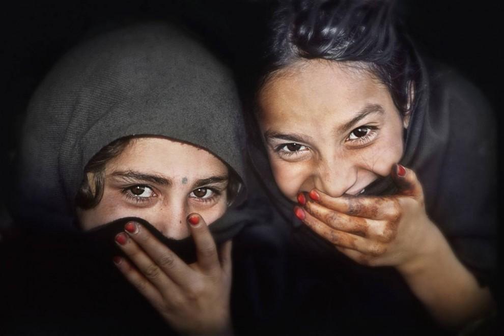 2) Девочки из лагеря беженцев Кача Гари в Северо-западной пограничной провинции  Пакистана делят вместе минуты не только горя, но и радости. (Bobby Sager / The Power of the Invisible Sun)