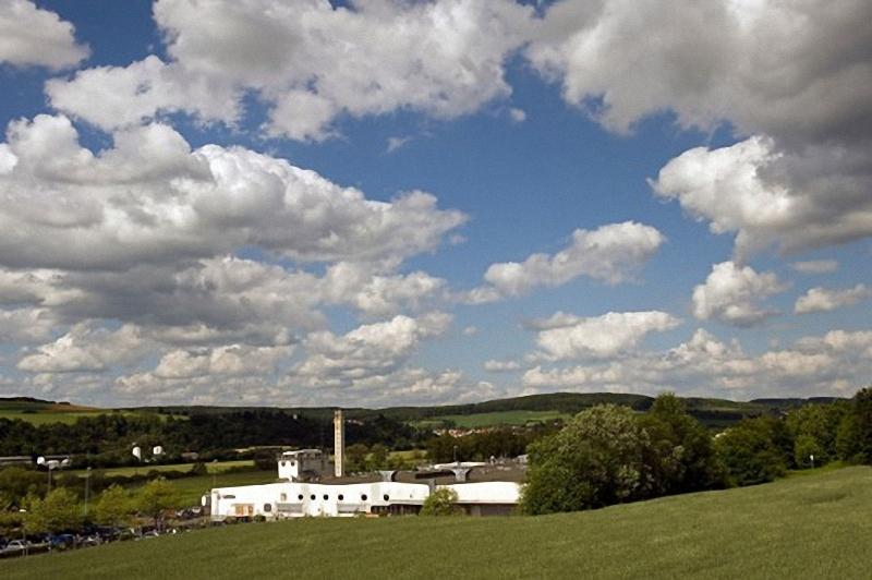 2) Завод  Leica расположен в  небольшом городе Зольмс(Solms),  на западе Германии. Многие сотрудники работают в компании больше 20 лет. Штефан Дэниелс(Stefan Daniels), который в настоящее время возглавляет завод в Зольмс, один из них. Он познакомился с Лейкой в 15 лет и получил техническую степень благодаря работе в компании.