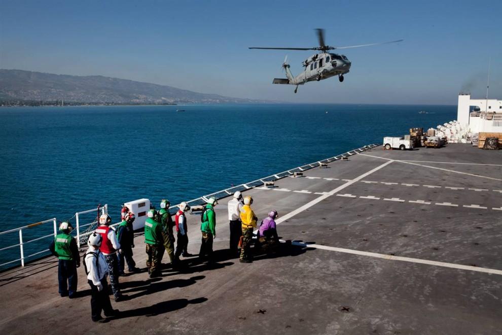 2. Вертолет с гаитянскими пациентами приземляется на борт плавучего госпиталя «Comfort». Судно «Comfort» было отправлено на Гаити из Балтимора, штат Мэриленд, с 550 медиками на борту. (Brendan Hoffman / Getty Images)