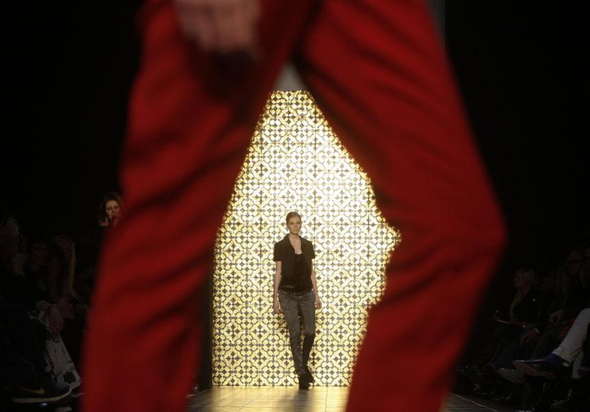 2. Модель демонстрирует творение немецкого дизайнера Килиана Кернера во время показа на Неделе моды в Берлине. (AP Photo/Markus Schreiber)