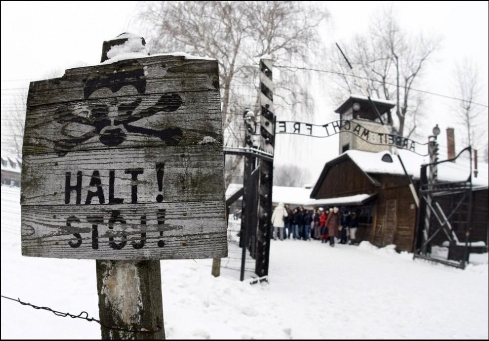 2) Главные ворота лагеря смерти Аушвиц-Биркенау.(Reuters/Eric Gaillard)