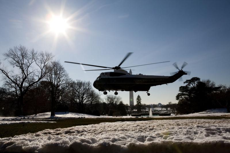 2. Президентский вертолет «Marine One» с президентской семьей на борту взлетает с южной лужайки Белого дома 24 декабря 2009 года. (UPI/Brendan Hoffman/POOL)