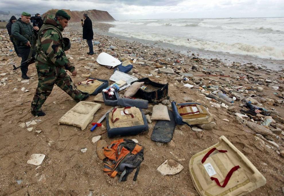 2) Ливанские солдаты собирают обломки на берегу недалеко от места крушения самолета. В ходе поисковой операции, в которой участвовали корабли и вертолеты ливанской армии и Временных сил ООН в Ливане, обломки самолета были обнаружены в море, в 3,5 километрах от прибрежной деревни Наамех. (Hussein Malla / AP)