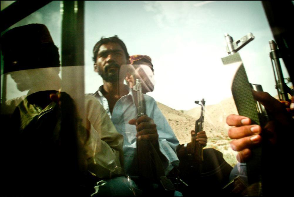 2) Пикап с боевиками-белуджи, Дера Бугти.