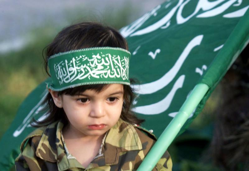 2. Палестинский мальчик с флагом «Хамас» во время демонстрации в Газе, организованной палестинской фракцией против так называемой ими израильском резни в Бейт Риме 25 октября 2001 года. (rlw/aa/Abdelrahman Al-khateeb/UPI)