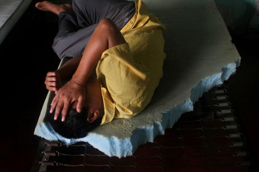2. Пациент лежит в кровати в мужском отделении психиатрической клиники в Манагуа 15 октября 2008 года. (AP Photo/Esteban Felix)