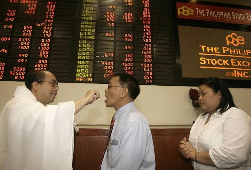 5) Католический священник причащает биржевых брокеров во время литургии во время первого торгового дня на Филиппинской фондовой бирже.(REUTERS/Cheryl Ravelo)