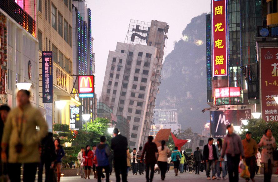 3. Люди идут в финансовом районе недалеко от полуразрушенного здания в Лиужоу на юге региона Гуанси в Китае. Здание, которое запланировали для сноса, было разъединено на две части, однако одна часть упала, а вторая лишь накренилась. (AP Photo)