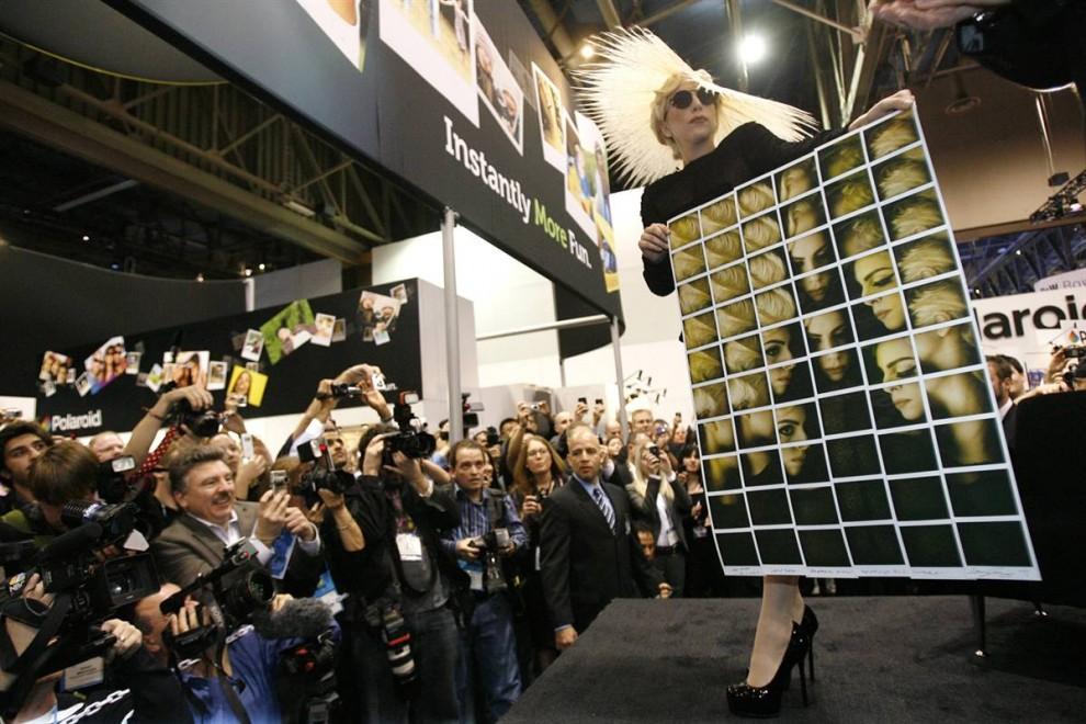 3. На выставке Леди Гага была представлена креативным директором особенного бренда продуктов компании «Polaroid». Певица и ее команда разрабатывают прототипы в «стиле инноваций моды/технологий/фотографии». (Mario Anzuoni / Reuters)