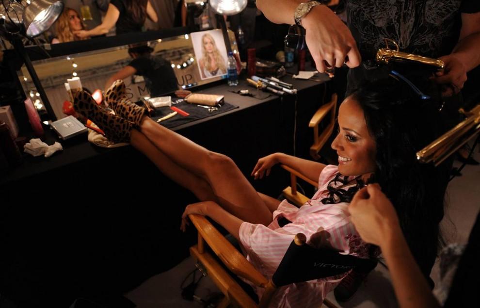 3. Модель Селита Ибэнкс положила ноги в сапожках с леопардовым узором за кулисами шоу Victoria's Secret. Впервые эта модель с Каймановых островов прошлась по подиуму как «ангел» Victoria's Secret в 2005 году. (Bryan Bedder / Getty Images)