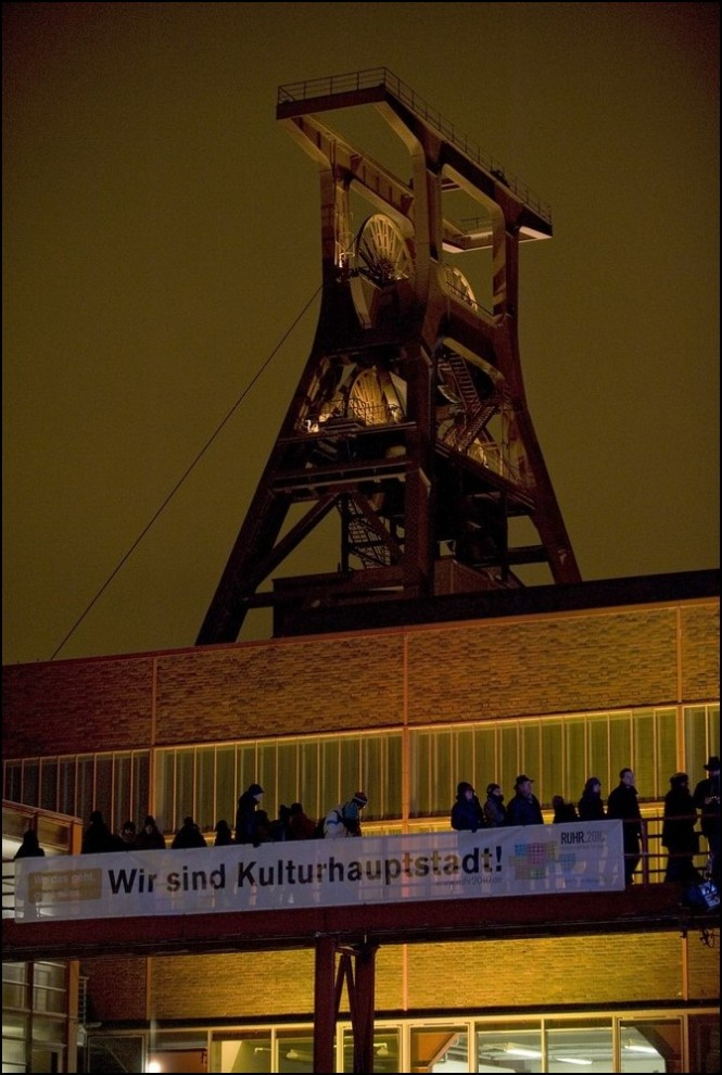 "3) © Kirsten Neumann/Getty Images // ""Zeche Zollverein"" в ночном освещении."
