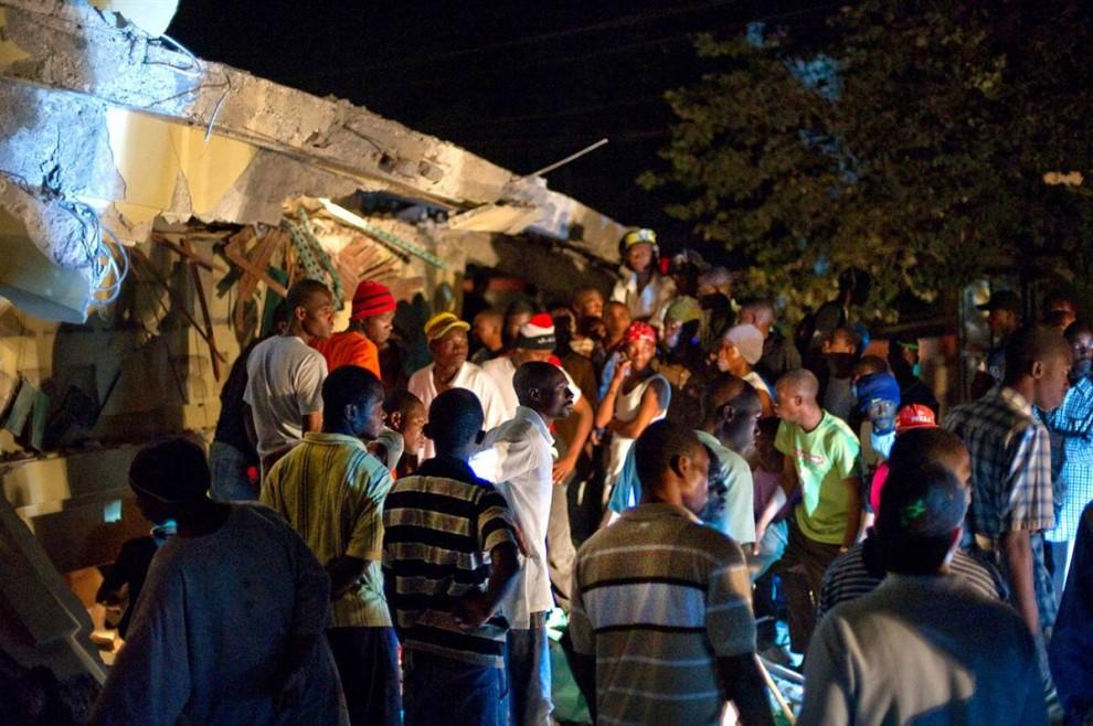 3. Гаитянцы ищут выживших в обломках Карибского супермаркета в Порт-о-Пренс 12 января. Эпицентр землетрясения находился примерно в 16 км к западу от города. (Frederic Dupoux / Getty Images)
