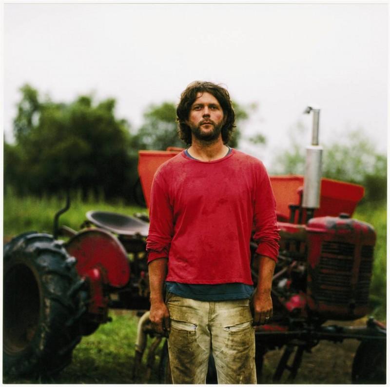 3. Джон стоит у трактора на закате на ферме «Nature's Last Stand» в Карнейшене, Вашингтон. (Anna Mia Davidson / Character Project)