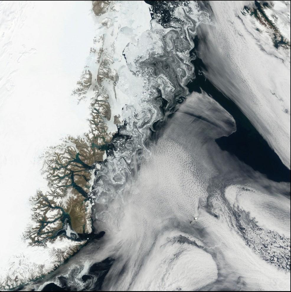 3)© NASA // Северовосточное побережье Гренландии.