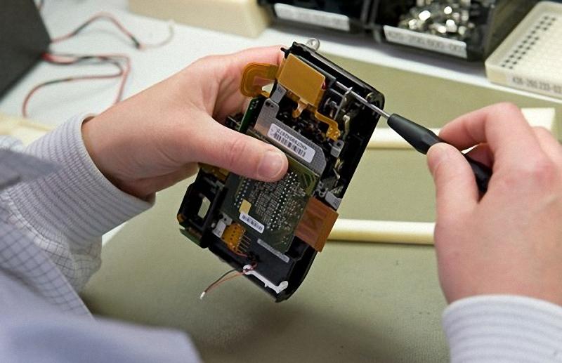 3) Техник вставляет ПЗС-матрицу. ПЗС  для Лейки производит компания Кодак. Поверхность матрицы покрыта множеством микролинз, направленных на изменение входящих лучей света так, чтобы они попадали на датчик равномерно, по одной микролинзе напротив каждого пикселя. После того, как ПЗС вставлена, рабочий собирает легкий магниевый корпус камеры. Корпус скрывает верхнюю и нижнюю латунные пластины, призванные защитить внутренние компоненты.