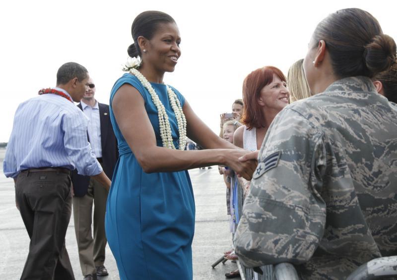 3. Президент США Барак Обама и первая леди страны Мишель Обама приветствуют публику по прибытии на авиабазу «Хикэм» в Гонолулу, Гавайи, 24 декабря 2009 года. Президент и его семья планируют провести рождественские каникулы в 50-ом штате США. (UPI/Kent Nishimura/Pool)