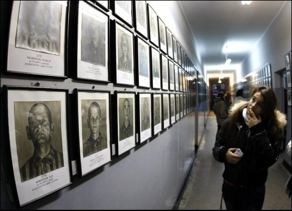 3) Фотостена состоящая из портретов заключенных. (Reuters/Eric Gaillard)