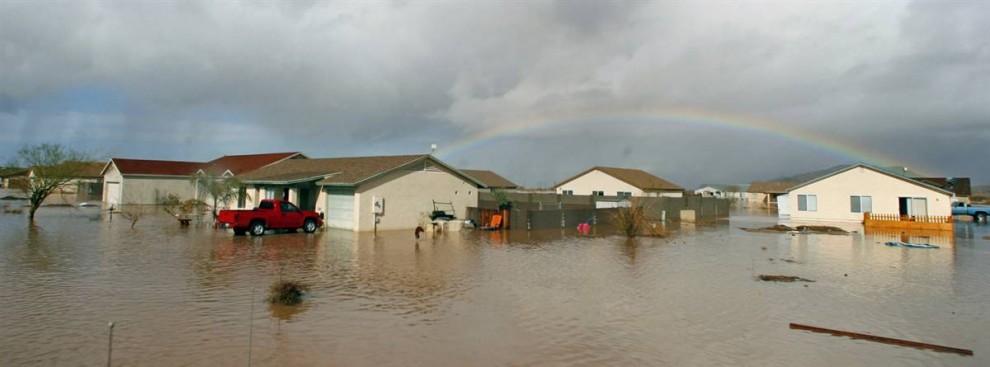 3. Радуга над затопленным районом города Аризона в одноименном штате 22 января 2010 года. (David Kadlubowski / Arizona Republic via AP)