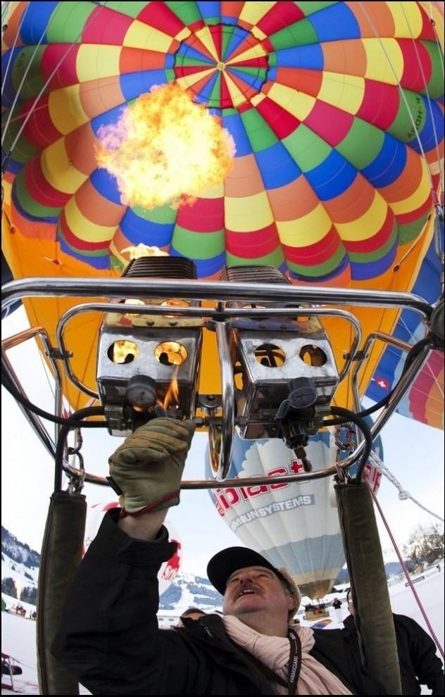 3) Воздухоплаватель проверят горелку воздушного шара. (Reuters/Valentin Flauraud)