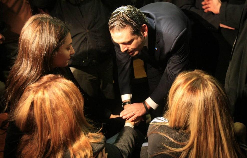 3) Ливанский премьер Саад Харири утешает скорбящих женщин, собравшихся в аэропорту Бейрута. (AFP - Getty Images)