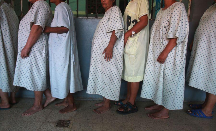 3. Пациентки с острыми психопатическими симптомами стоят в очереди за обедом в женском отделении психиатрии в Манагуа 6 февраля 2009 года. (AP Photo/Esteban Felix)