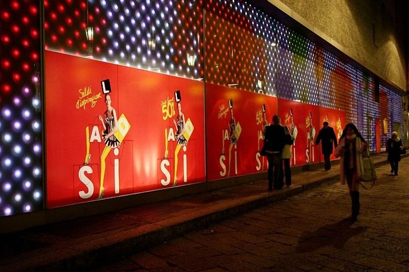 5) Прохожие идут мимо магазинов на улице Corso Vittorio Emanuele в Милане.(Vittorio Zunino Celotto/Getty Images)