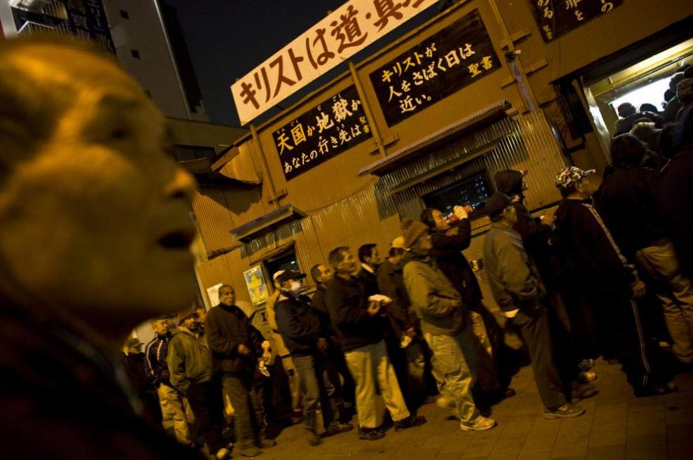 4. Люди стоят в очереди, чтобы получить бесплатную еду в церкви 17 января 2009 года в Осаке. (Shiho Fukada)