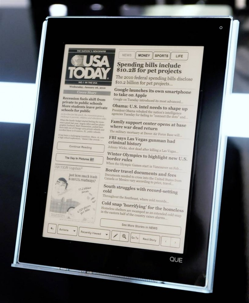 4. Устройство для чтения электронных книг «QUE» от «Plastic Logic» представляет собой небьющийся экран с параметрами 21 х 27 см, который можно использовать как для офисных документов, так и для книг. «QUE» может хранить в себе до 75 000 документов. (Ethan Miller / Getty Images)
