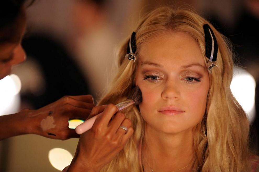 4. Модель готовят к выходу за кулисами шоу Victoria's Secret. В 2009 году на шоу выступала группа «Black Eyed Peas», а среди 2000 зрителей были Джей-Зи и Мишель Трахтенберг. (Bryan Bedder / Getty Images)